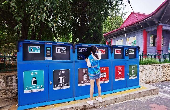 鹿泉垃圾分类工作人员用心擦拭着智能垃圾桶并更换脱落的垃圾桶分类标识